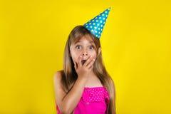 Retrato do estúdio de uma menina que veste um chapéu do partido em seu aniversário Fotos de Stock