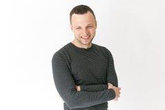 Retrato do estúdio do homem adulto novo de sorriso imagens de stock