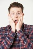 Retrato do estúdio do homem com expressão chocada fotos de stock royalty free
