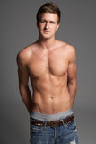 Retrato do estúdio do homem novo muscular Chested desencapado Fotos de Stock Royalty Free