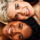 Retrato do estúdio do duas mulheres de sorriso imagens de stock royalty free