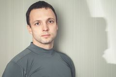 Retrato do estúdio do homem europeu novo imagens de stock