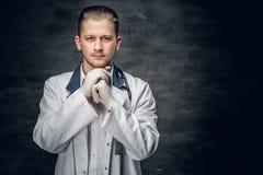 Retrato do estúdio do médico novo fotografia de stock