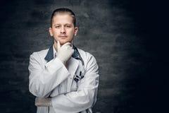 Retrato do estúdio do médico novo imagem de stock