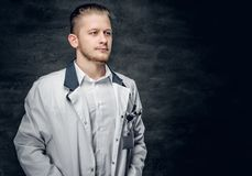 Retrato do estúdio do médico novo foto de stock royalty free