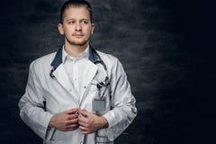 Retrato do estúdio do médico novo foto de stock