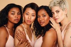 Retrato do estúdio do quatro mulheres imagens de stock royalty free