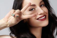 Retrato do estúdio do close up da jovem mulher 'sexy' bonita com gesticular a paz Estilo e composição perfeitos sorriso toothy fe Imagens de Stock Royalty Free