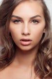Retrato do estilo da moda da mulher delicada bonita Fotos de Stock