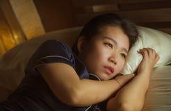 Retrato do estilo de vida da casa da mulher coreana asiática triste e deprimida bonita nova acordada na crise de sofrimento tardi imagem de stock royalty free