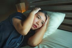 Retrato do estilo de vida da casa da mulher coreana asiática triste e deprimida bonita nova acordada na crise de sofrimento tardi fotografia de stock royalty free