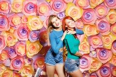 Retrato do estilo de vida da forma de meninas novas do moderno Foto de Stock Royalty Free