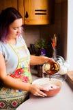 Retrato do estilo de vida da jovem mulher feliz que cozinha o peru e os vegetais para o jantar da ação de graças Imagem de Stock Royalty Free