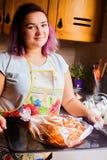 Retrato do estilo de vida da jovem mulher feliz que cozinha o peru e os vegetais para o jantar da ação de graças Fotografia de Stock Royalty Free
