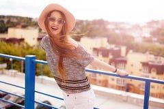 Retrato do estilo de vida da jovem mulher no por do sol Fotos de Stock