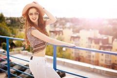 Retrato do estilo de vida da jovem mulher no por do sol Imagem de Stock