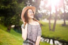 Retrato do estilo de vida da jovem mulher no por do sol Imagens de Stock Royalty Free