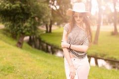 Retrato do estilo de vida da jovem mulher no por do sol Imagens de Stock