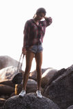 Retrato do estilo de vida do verão da menina bonita nova com corpo bronzeado desportivo, andando à praia da ilha tropical imagem de stock royalty free