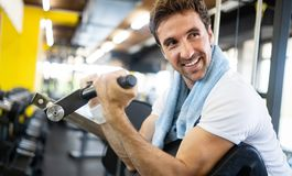 Retrato do estilo de vida do homem muscular considerável após o treinamento no gym do esporte imagem de stock royalty free