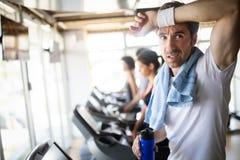 Retrato do estilo de vida do homem muscular consider?vel ap?s o treinamento no gym do esporte foto de stock royalty free