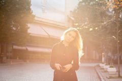 Retrato do estilo de vida do modelo louro impressionante com cabelo encaracolado luxúria imagens de stock royalty free