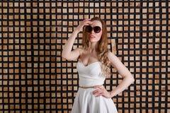 Retrato do estilo do verão de óculos de sol vestindo surpreendidos atrativos novos da mulher Beleza tropical da forma das férias  imagem de stock royalty free