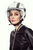 Retrato do estilo do vintage da mulher bonita nova com valor máximo de concentração no trabalho à moda Fotos de Stock Royalty Free