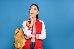retrato do estudante asiático pensativo com trouxa fotografia de stock