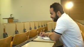 Retrato do estudante atrativo novo que senta-se no salão de leitura, Magdeburgo, Alemanha 01 09 2018 video estoque
