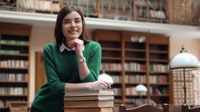 Retrato do estudante bem sucedido In Library video estoque