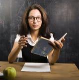 Retrato do estudante bonito feliz na sala de aula Fotografia de Stock Royalty Free