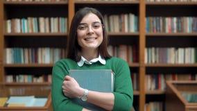 Retrato do estudante fêmea na biblioteca filme