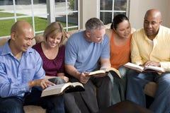 Retrato do estudo da Bíblia dos amigos em casa Imagens de Stock