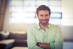 Retrato do executivo empresarial masculino que sorri com os braços cruzados Imagem de Stock