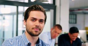 Retrato do executivo empresarial que sorri no escritório video estoque