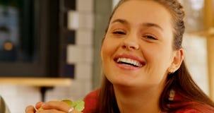 Retrato do executivo fêmea que come o hamburguer 4k video estoque