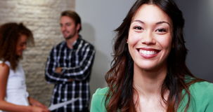 Retrato do executivo fêmea que está no escritório video estoque