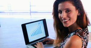 Retrato do executivo feliz que usa o portátil 4k filme