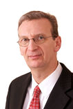 Retrato do executivo mais velho sobre o branco Fotografia de Stock Royalty Free