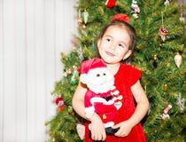 Retrato do fazakh, menina asiática da criança em torno de uma árvore de Natal decorada Criança no ano novo do feriado Fotografia de Stock Royalty Free