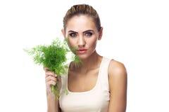 Retrato do Fim-acima da jovem mulher feliz com ervas do pacote (aneto) Imagens de Stock Royalty Free