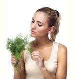 Retrato do Fim-acima da jovem mulher feliz com ervas do pacote (aneto) Fotografia de Stock