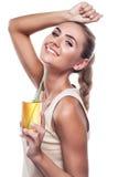Mulher com sumo de maçã no fundo branco Fotografia de Stock Royalty Free