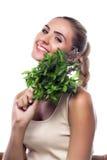 Mulher com um pacote de hortelã fresca. o vegetariano morre Imagens de Stock Royalty Free