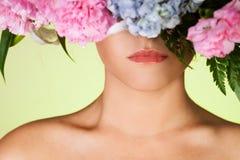 Retrato do fim-acima da mulher e grinalda bonitos da flor imagens de stock royalty free