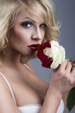 Retrato do Fim-acima da mulher loura bonita Imagens de Stock Royalty Free
