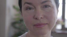 Retrato do fim superior bonito da mulher acima vídeos de arquivo