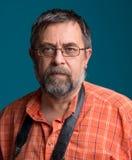 Retrato do fotógrafo superior considerável que olha a câmera Imagem de Stock