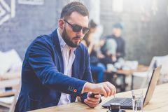 Retrato do freelancer alegre na mesa na cafetaria imagem de stock royalty free